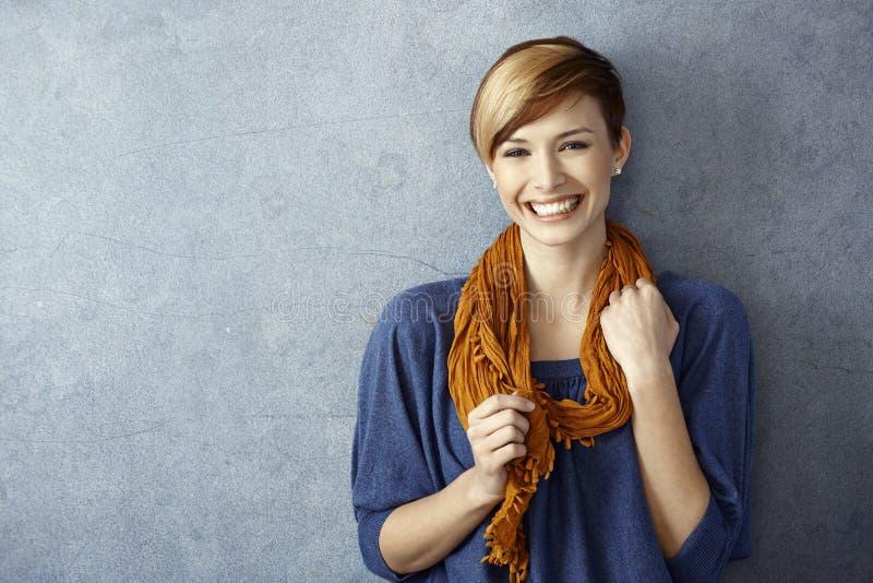Ung kvinna som lyckligt ler royaltyfri foto