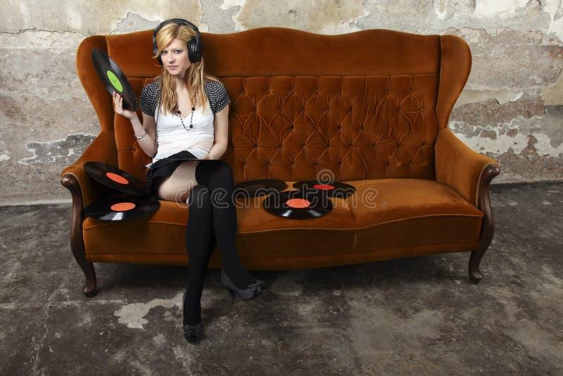 Ung kvinna som lyssnar till musik royaltyfri bild