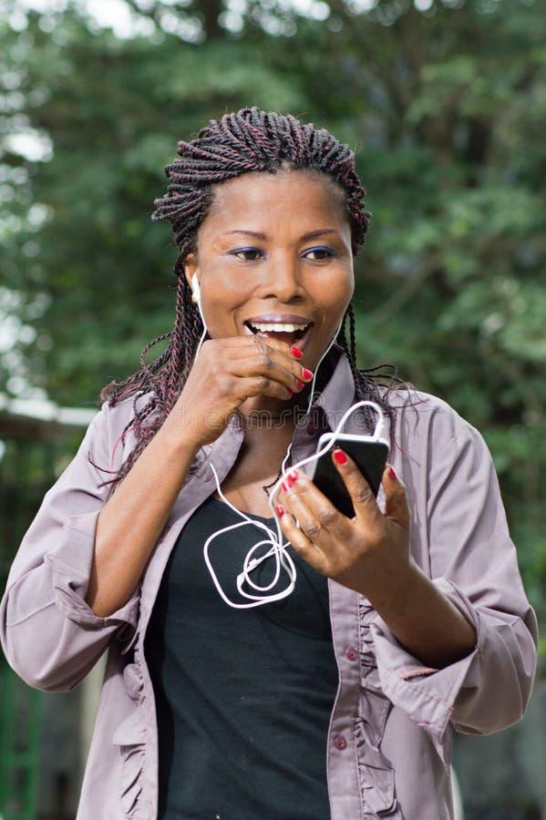 Ung kvinna som meddelar med glädje royaltyfri fotografi