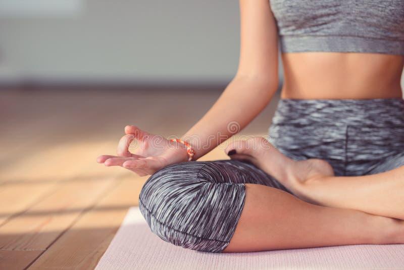 Ung kvinna som mediterar närbild arkivfoto