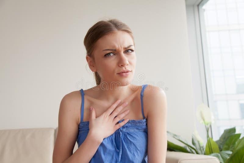 Ung kvinna som oroas på grund av komplimang arkivbild
