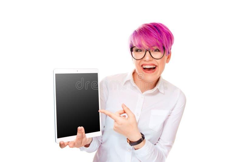 Ung kvinna som pekar med fingret på hennes blockdator royaltyfria foton