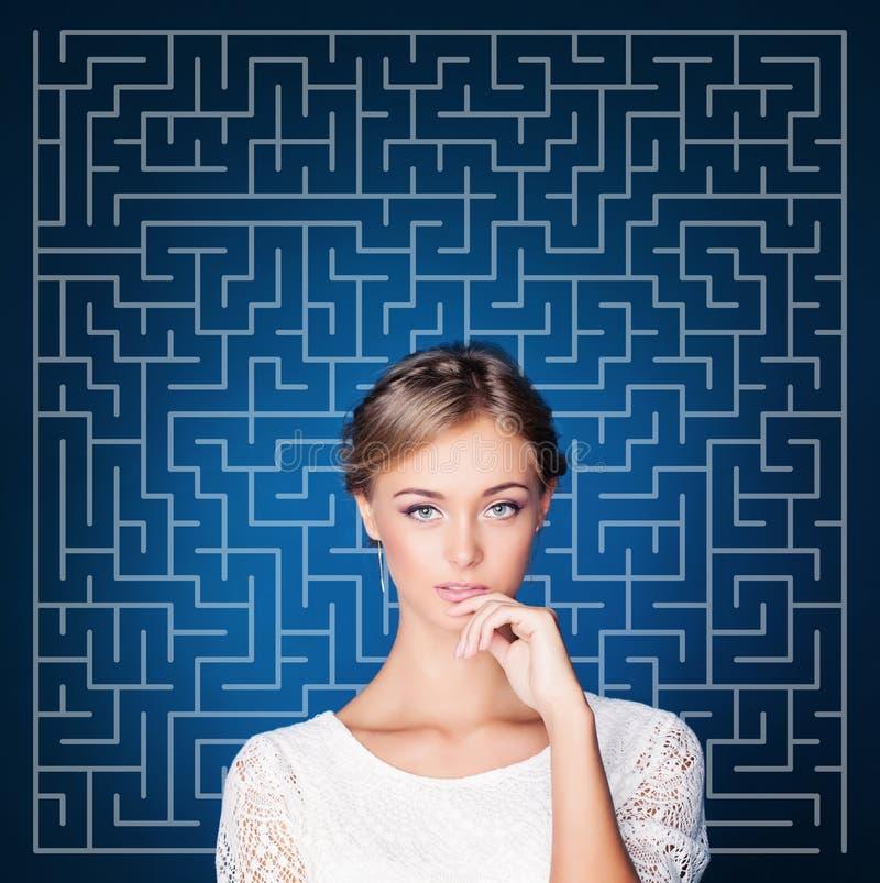 Ung kvinna som planerar hennes liv och gör svårt beslut Val, problem och lösningsbegrepp arkivfoto