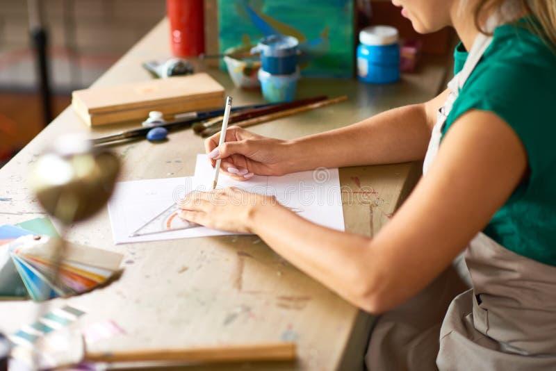 Ung kvinna som planerar upp DIY-projektslut royaltyfria bilder