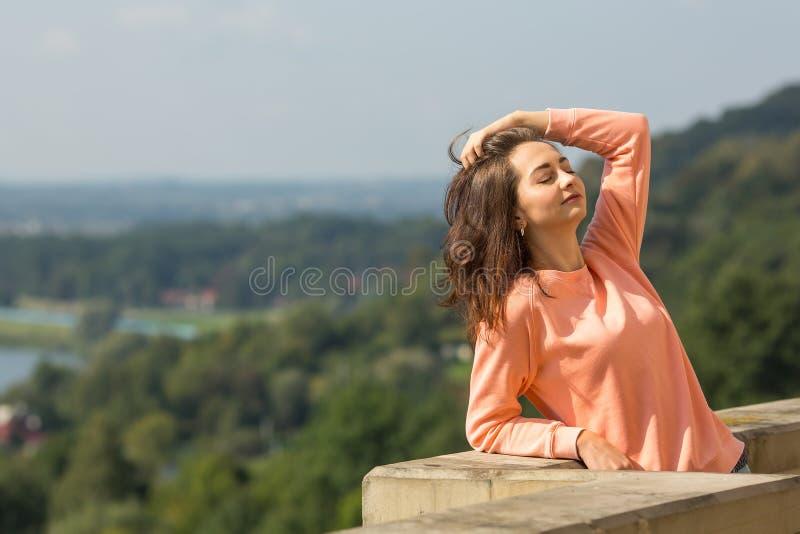 Ung kvinna som poserar för kameran arkivbilder