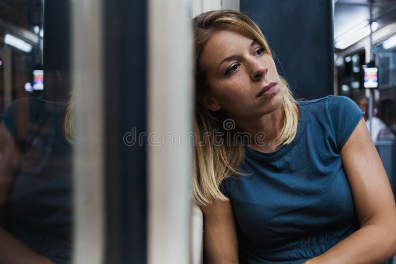Ung kvinna som rider en offentlig buss fotografering för bildbyråer