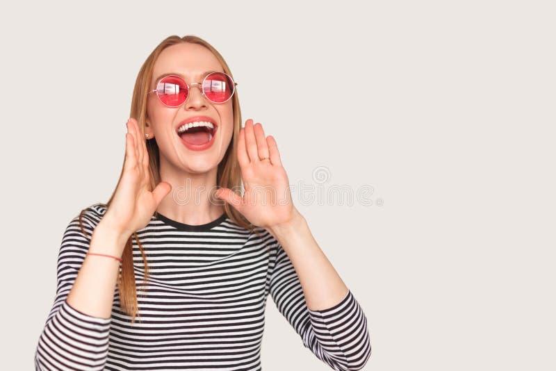 Ung kvinna som ropar i studio arkivfoton