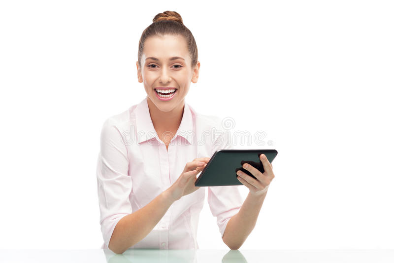 Ung Kvinna Som Rymmer Den Digitala Tableten Royaltyfri Foto