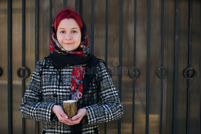 Ung kvinna som rymmer den easter kakan royaltyfri fotografi