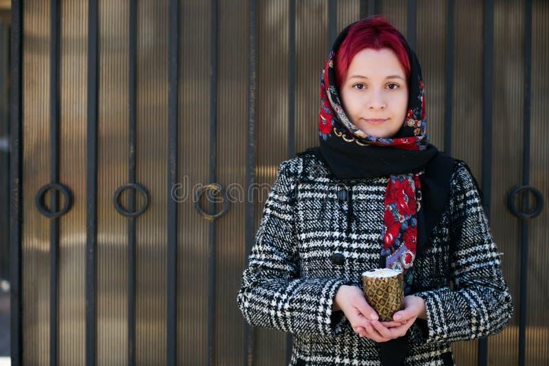 Ung kvinna som rymmer den easter kakan royaltyfri foto