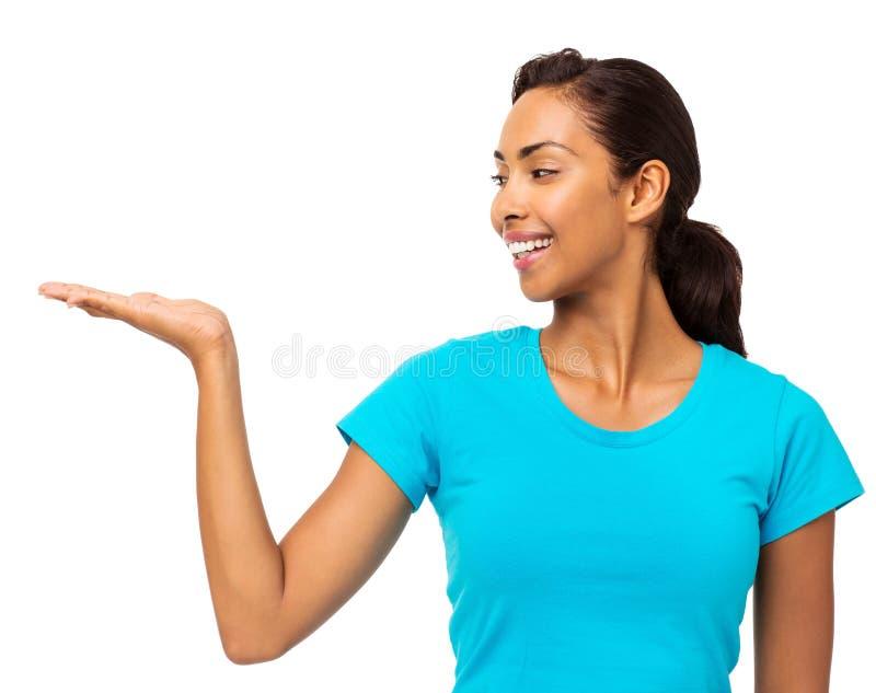 Ung kvinna som rymmer den osynliga produkten arkivfoton