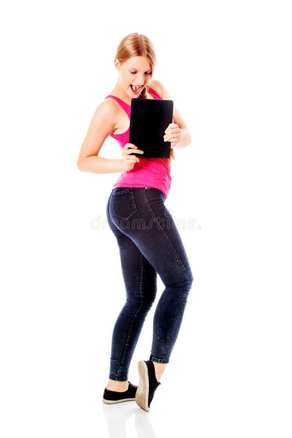 Ung kvinna som rymmer en digital minnestavla royaltyfri fotografi