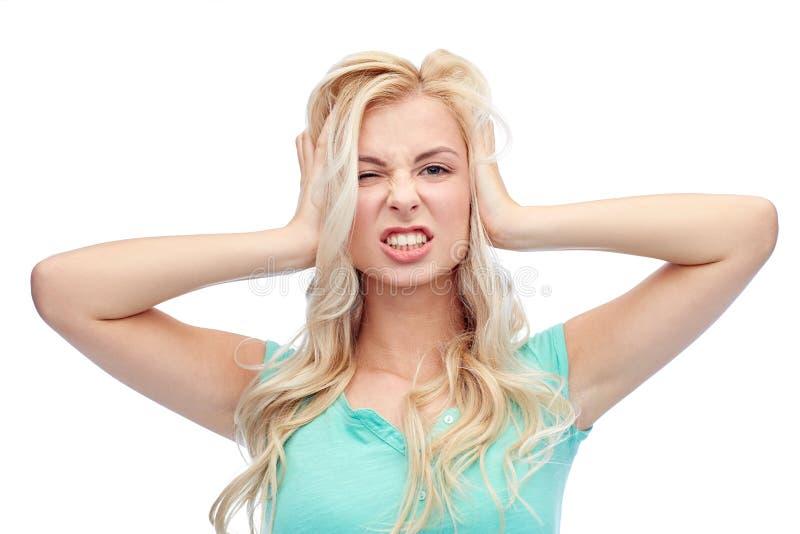 Ung kvinna som rymmer till hennes huvud och skrika arkivbilder