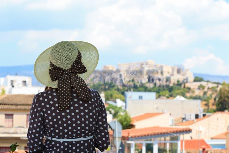 Ung kvinna som ser akropolen royaltyfri fotografi