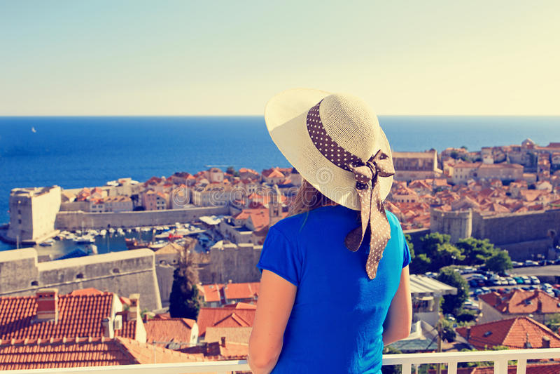 Ung kvinna som ser Dubrovnik, Kroatien royaltyfri bild