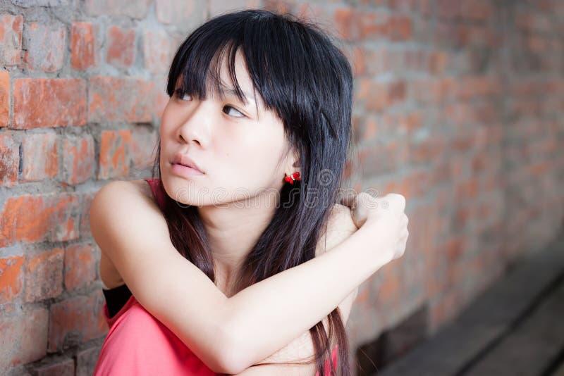 Ung kvinna som ser ledsen arkivfoton