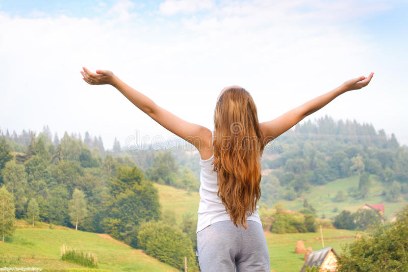 Ung kvinna som ser till en himmel i berg arkivbilder