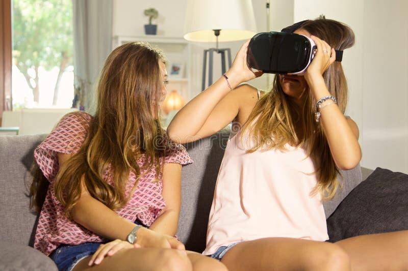 Ung kvinna som ser vr med skrämde exponeringsglas arkivbild