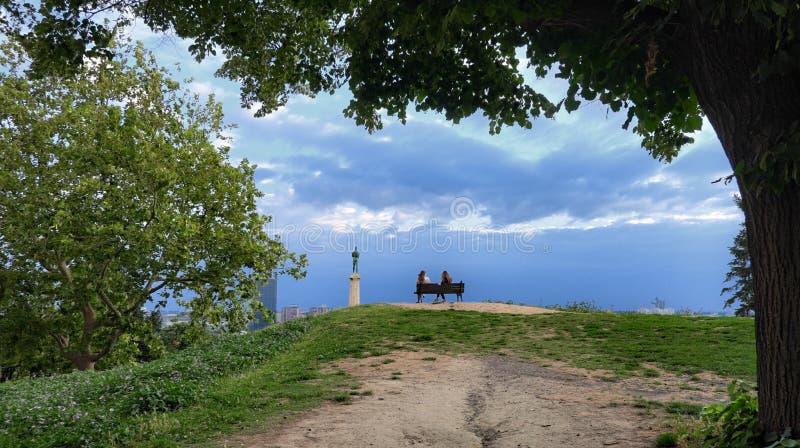 Ung kvinna som sitter den främsta 'vinnare'monumentet i Belgrade, Serbien royaltyfria foton