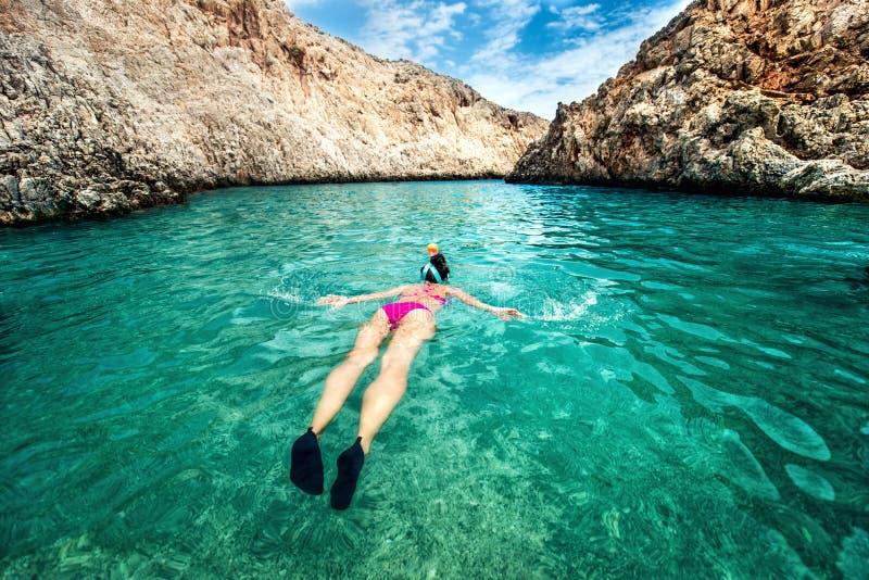 Ung kvinna som snorklar i klart tropiskt vatten Resa aktivt livsstilbegrepp Watersports på semester arkivbilder