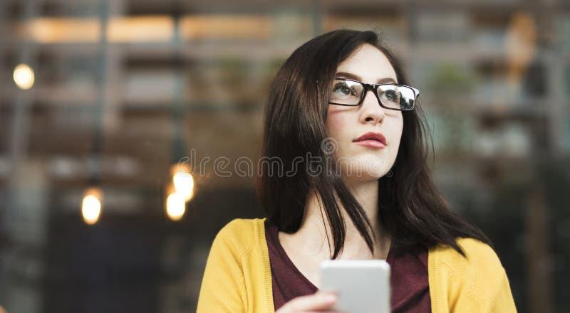 Ung kvinna som spelar på hennes telefon fotografering för bildbyråer