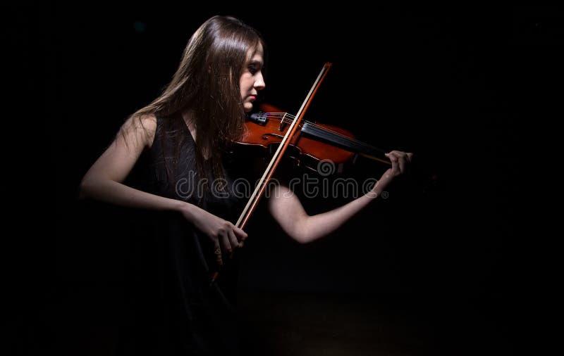 Ung kvinna som spelar på lurendrejeri royaltyfri fotografi