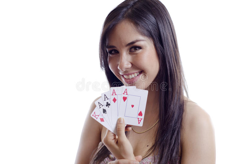 Ung kvinna som spelar poker royaltyfri bild