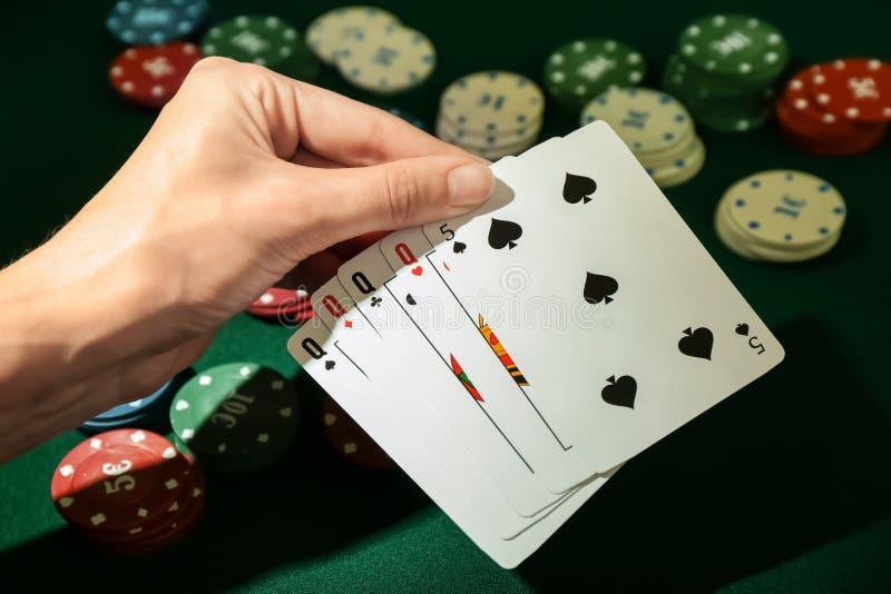 Ung kvinna som spelar poker i kasinot, closeup royaltyfria bilder