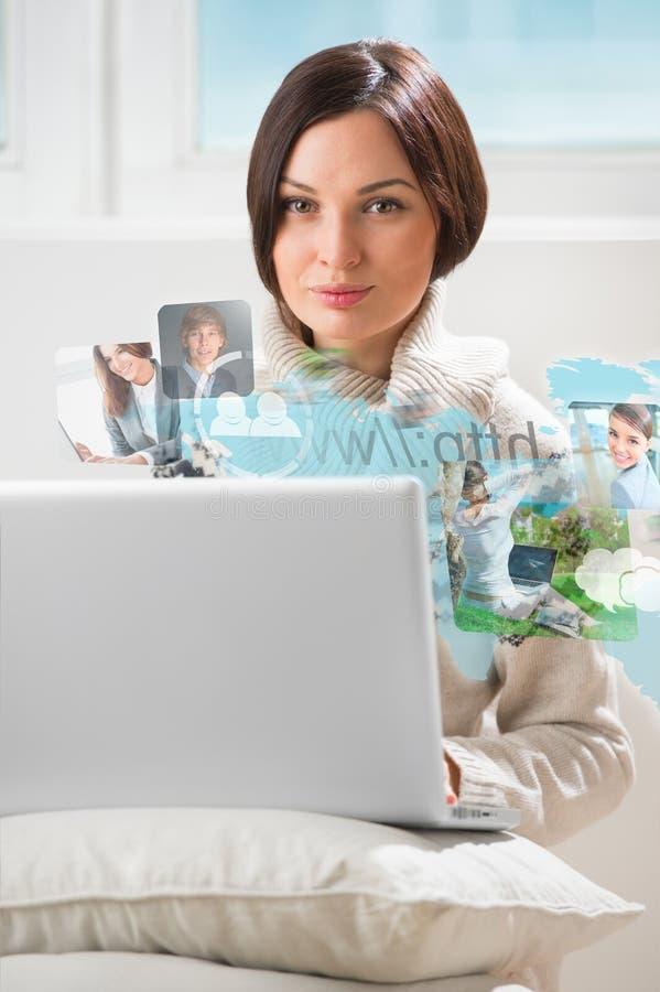 Ung kvinna som surfar på rengöringsduk genom att använda den moderna bärbara datorn royaltyfria foton