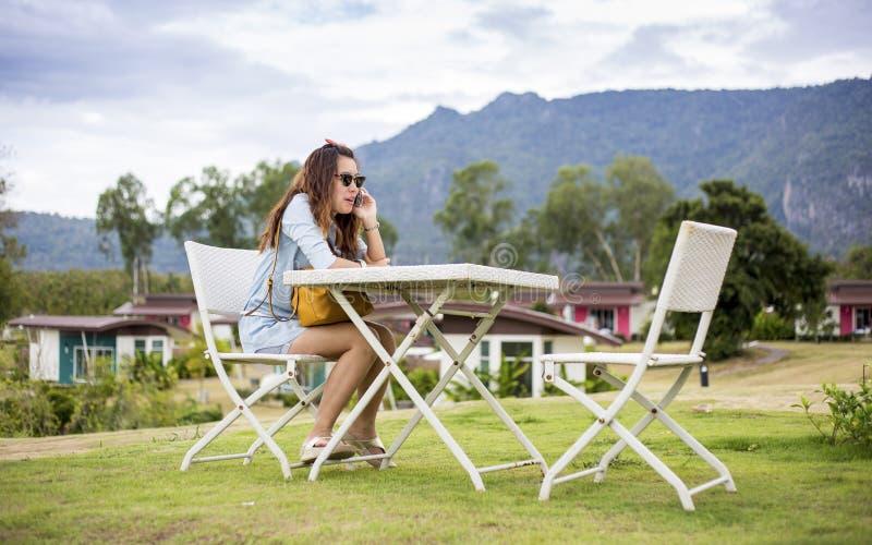 Ung kvinna som talar på en mobil royaltyfria bilder