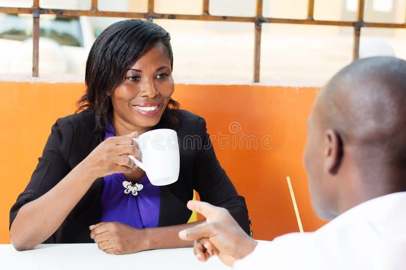 Ung kvinna som talar till hennes partner arkivfoto
