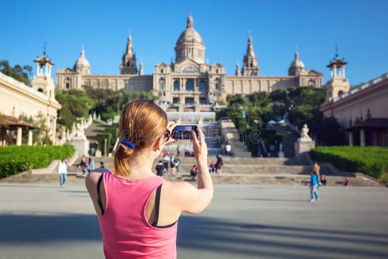 Ung kvinna som tar bilden av Catalan Art Museum (MNAC) fotografering för bildbyråer