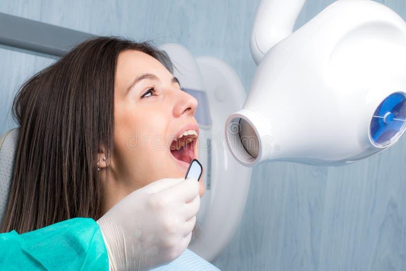 Ung kvinna som tar den tand- röntgenstrålen arkivfoto