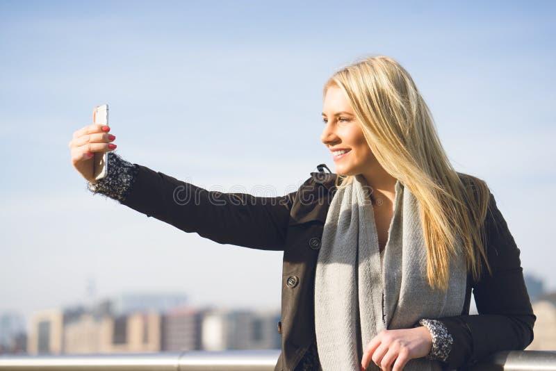 Ung kvinna som tar en selfie arkivbilder