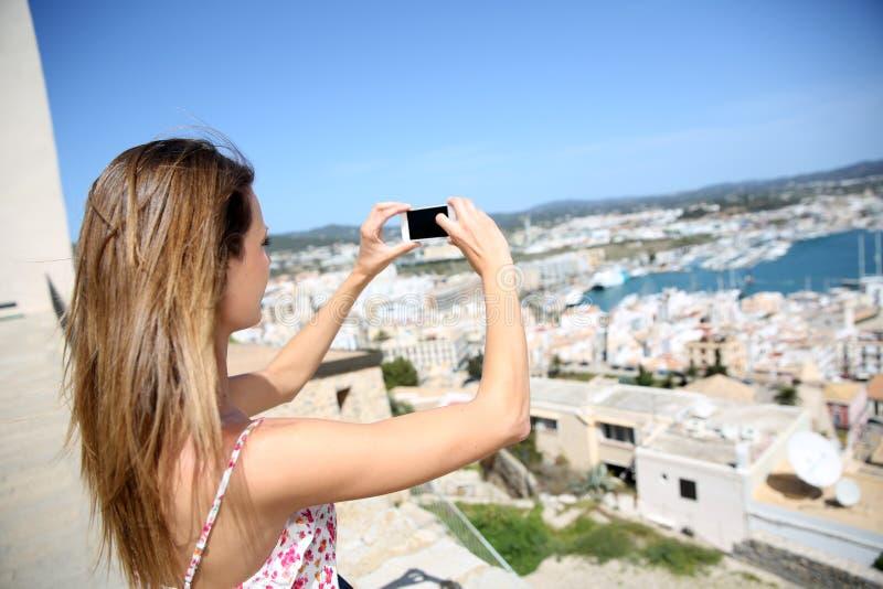 Ung kvinna som tar foto av staden royaltyfria bilder