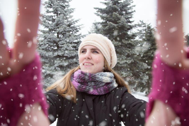 Ung kvinna som tar selfie över vinterbakgrund Snödag arkivbilder