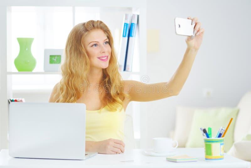 Ung kvinna som tar selfie royaltyfria foton