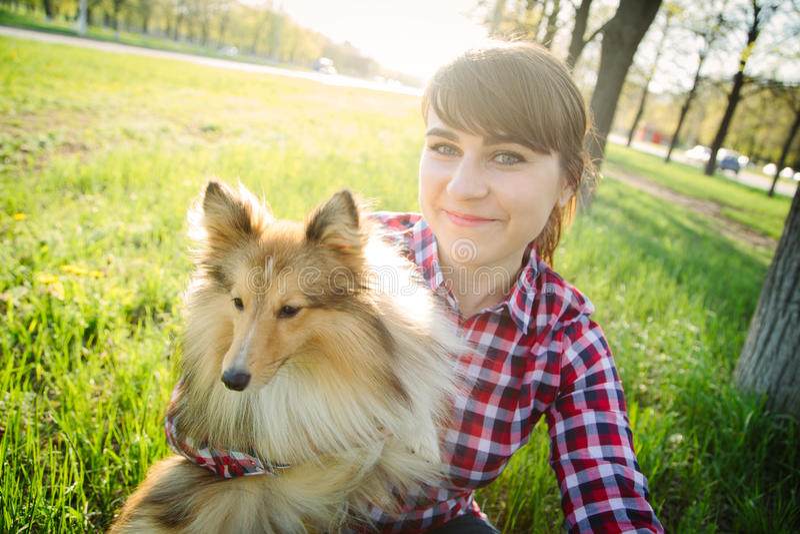 Ung kvinna som tar selfie med hennes hund royaltyfria bilder