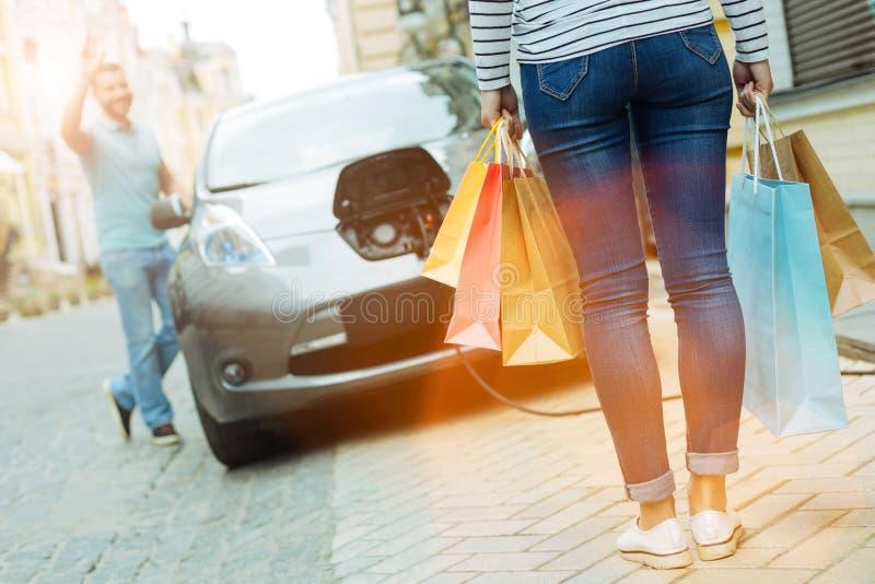 Ung kvinna som tillbaka kommer från shoppinggallerian arkivbild