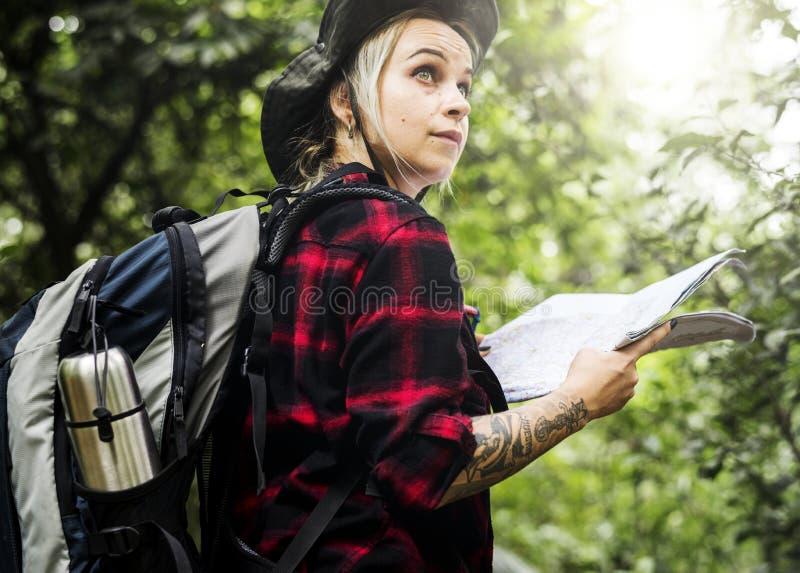 Ung kvinna som trekking i en tropisk skog royaltyfri foto