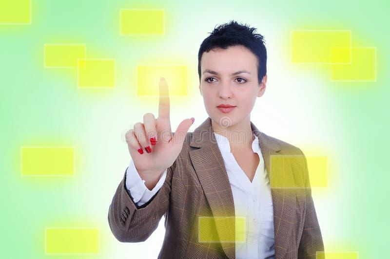 Ung kvinna som trycker på den digitala knappen arkivbilder