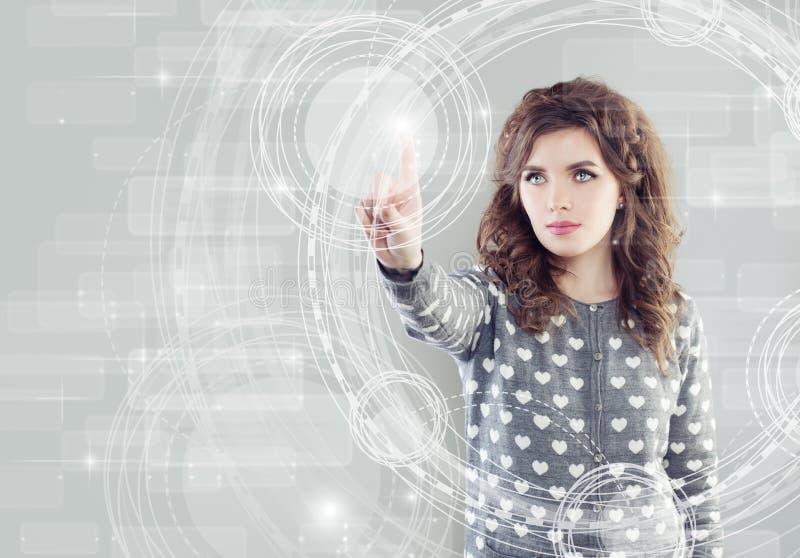 Ung kvinna som trycker på faktiskt skärm-, www eller teknologibegrepp royaltyfria foton