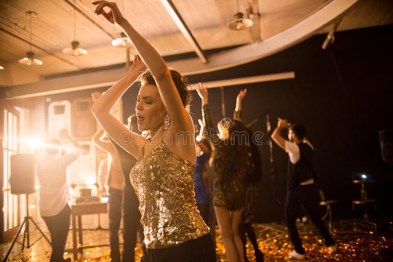 Ung kvinna som tycker om att dansa i klubba fotografering för bildbyråer