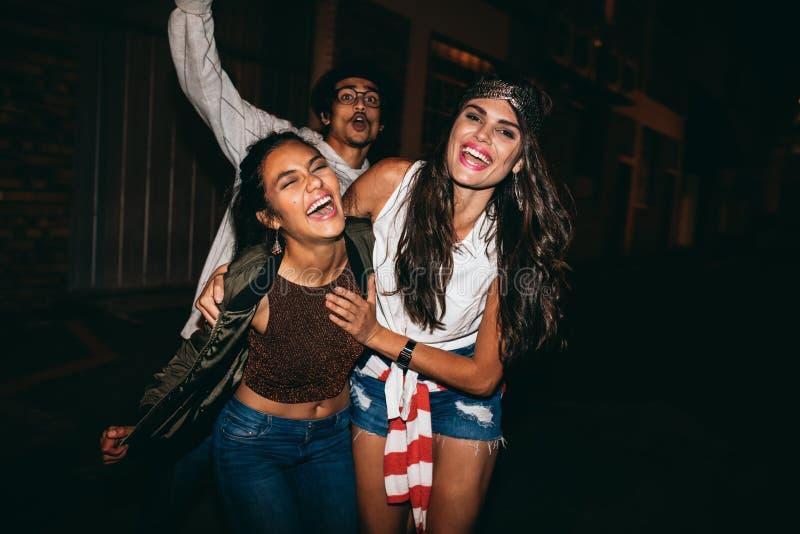 Ung kvinna som tycker om partiet med hennes vänner fotografering för bildbyråer
