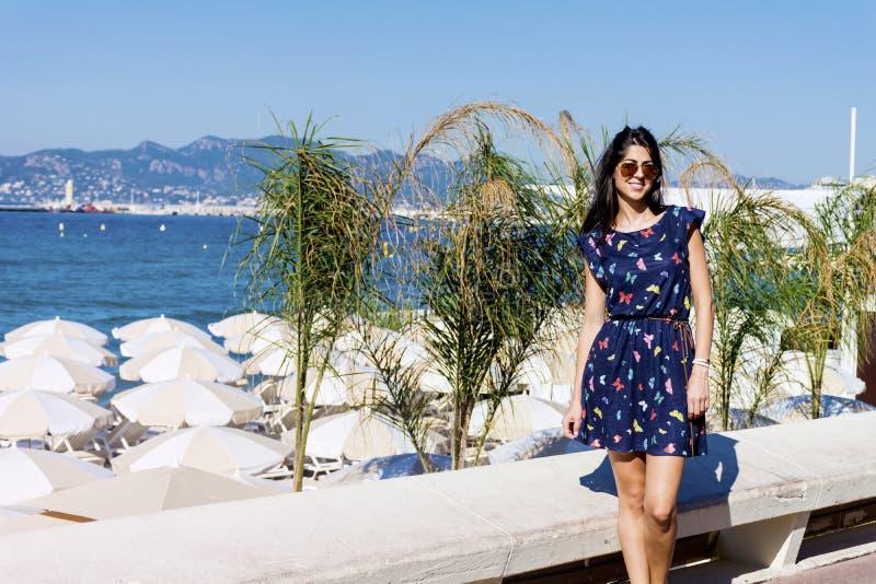 Ung kvinna som tycker om sommaren i Cannes Frankrike royaltyfria foton