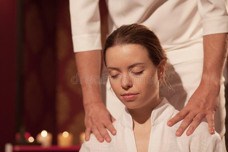 Ung kvinna som tycker om yrkesmässig massage arkivbilder