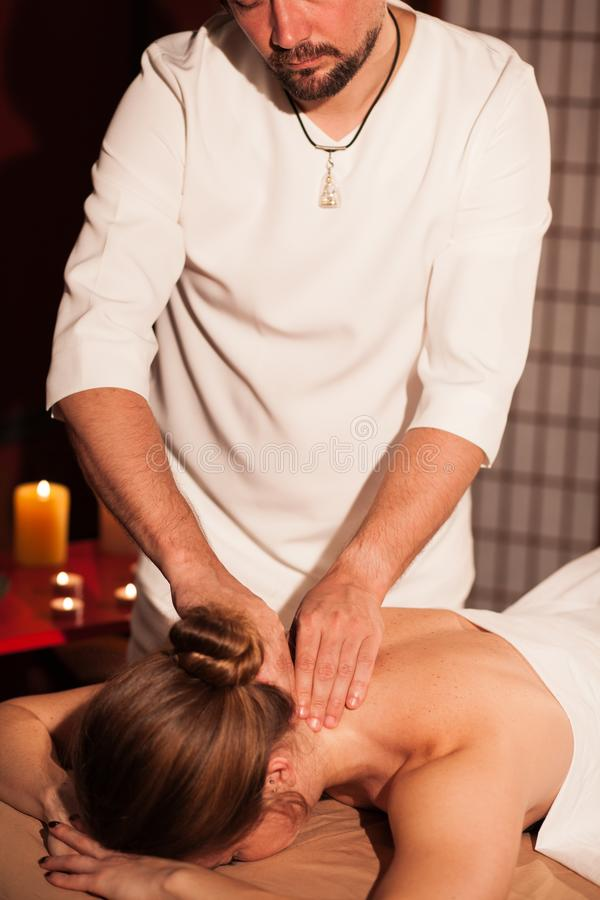 Ung kvinna som tycker om yrkesmässig massage royaltyfri bild