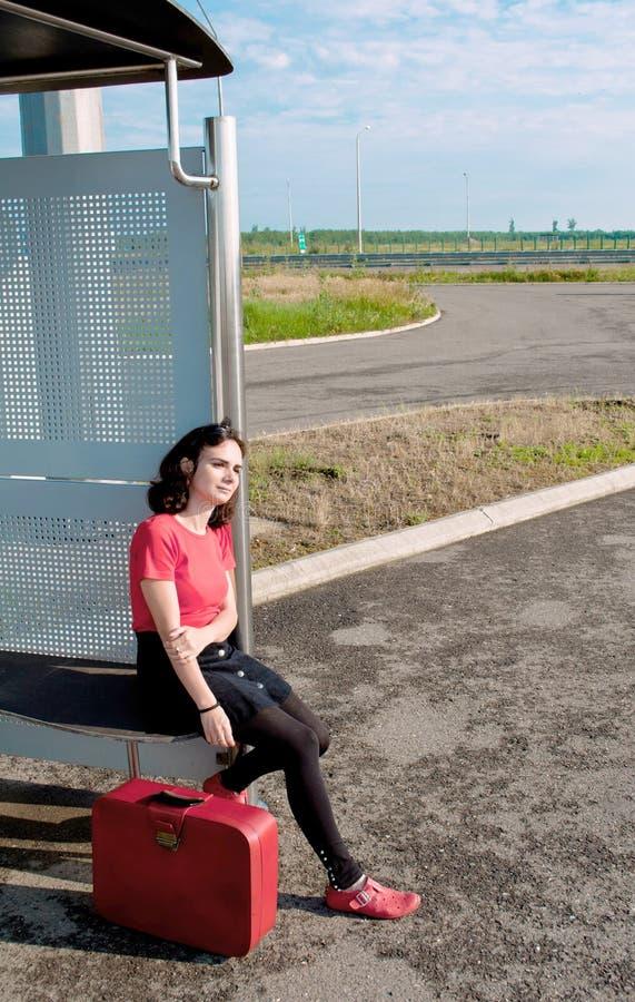 Ung kvinna som väntar i en station royaltyfri bild