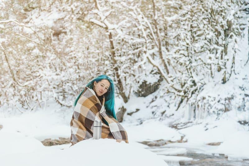 Ung kvinna som vilar i den utomhus- vintern arkivbild