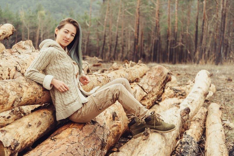 Ung kvinna som vilar i skogen royaltyfri fotografi